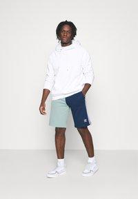 adidas Originals - BLOCKED UNISEX - Shorts - seasonal - 1