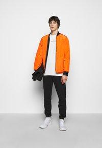 Han Kjøbenhavn - BOXY TEE BACK - Print T-shirt - off white - 1