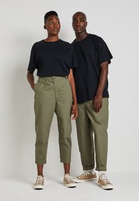 Converse - SHAPES TRIANGLE FRONT UNISEX - Trousers - field surplus - 1