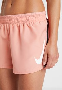 Nike Performance - RUN SHORT - Pantalón corto de deporte - pink quartz/white