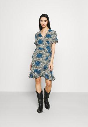 VMSAGA WRAP FRILL DRESS  - Vestido informal - birch/esmeralda