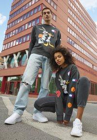 Tommy Jeans - ABO TJU X SPACE JAM CREW UNISEX - Sweatshirt - blackout - 1