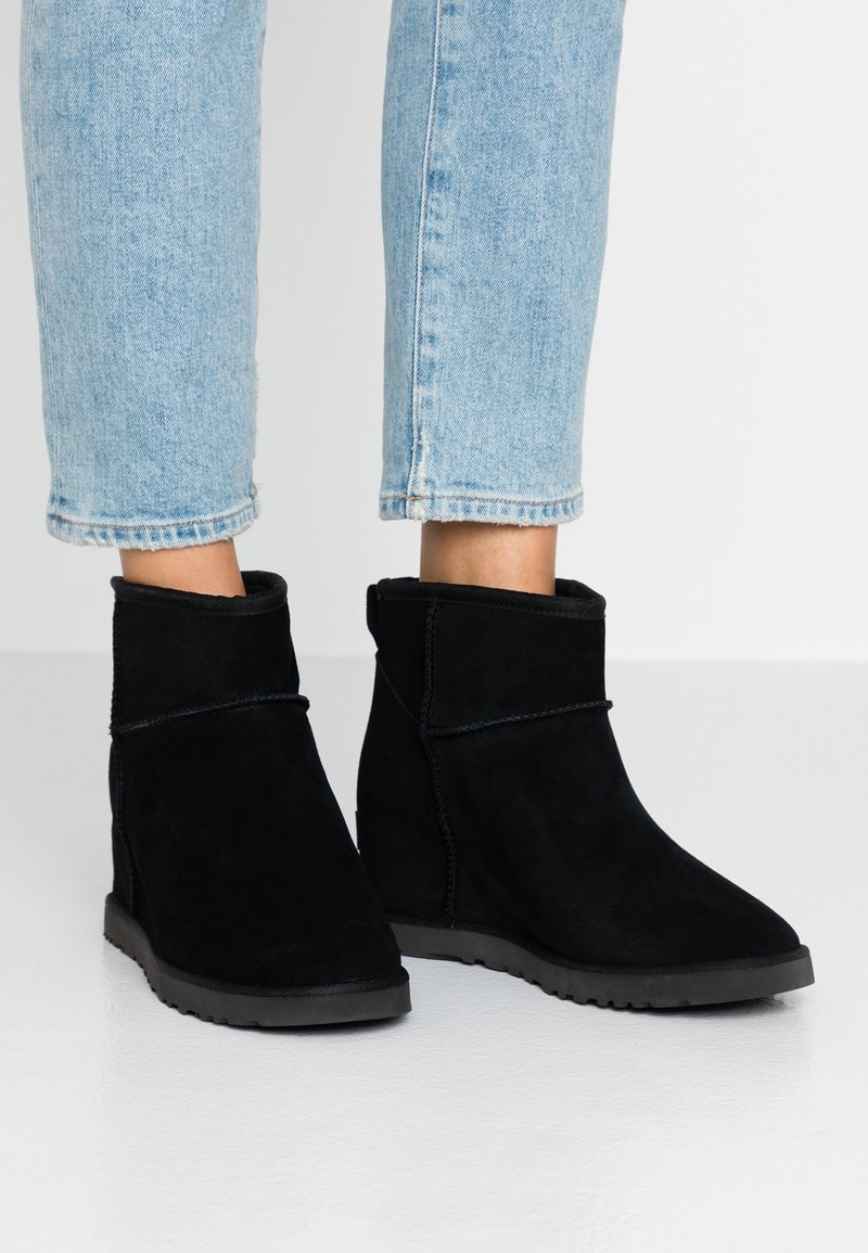 UGG - CLASSIC FEMME MINI - Ankelboots - black
