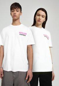 Napapijri - S-ALHOA - T-shirt med print - white graph n - 2