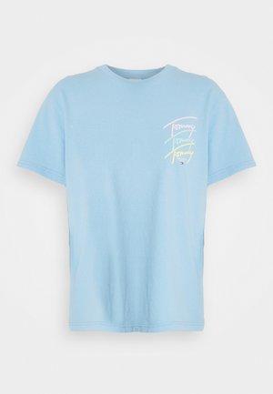REPEAT SCRIPT TEE - Triko spotiskem - light powdery blue