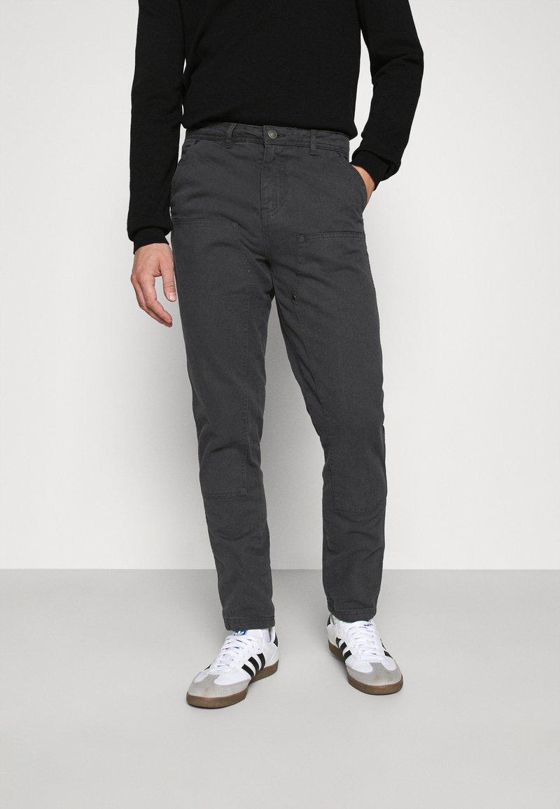 Mennace - STRAIGHT PAINTERS PANT - Kalhoty - charcoal