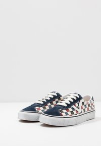 Vans - SPORT - Trainers - dress blues/chili pepper
