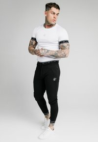 SIKSILK - ACTIVE MUSCLE FIT - Tracksuit bottoms - black - 1