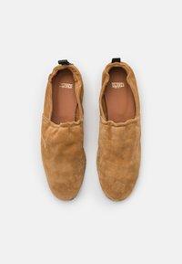 CLOSED - SESAME - Slip-ons - light brown - 5
