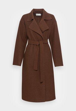 CLEAN BELTED COAT - Manteau classique - brown