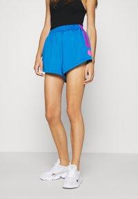 adidas Originals - ADICOLOR SLIM - Szorty - blue/shock pink - 0