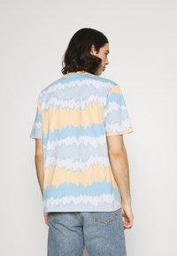 adidas Originals - UNISEX - T-shirt con stampa - hazy orange/multicolor - 2