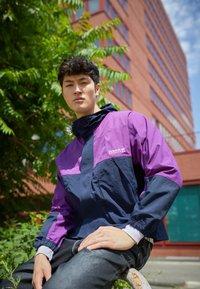 adidas Originals - WINDBREAKER - Tunn jacka - legend ink/glory purple - 2