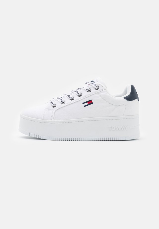 ICONIC ESSENTIAL FLATFORM - Sneakers laag - white
