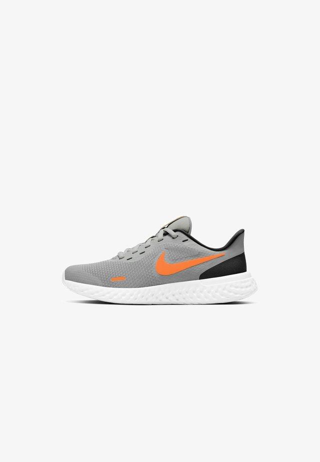REVOLUTION 5 UNISEX - Obuwie do biegania treningowe - light smoke grey/black/white/total orange
