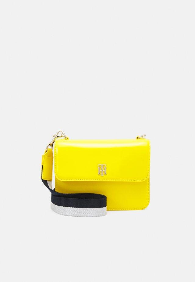 STAPLE CROSSOVER - Taška spříčným popruhem - yellow