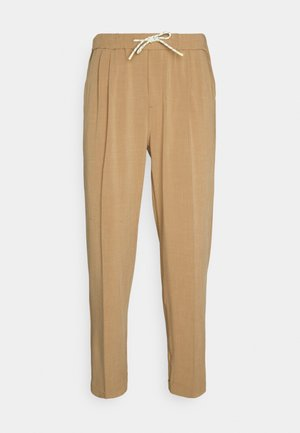 SEASONAL FIT LIGHTWEIGHT CHINO WITH ELASTICATED WAISTBAND - Kangashousut - camel melange