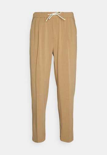 SEASONAL FIT LIGHTWEIGHT CHINO WITH ELASTICATED WAISTBAND