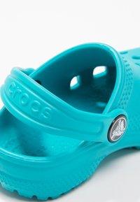 Crocs - CLASSIC UNISEX - Pool slides - turquoise - 5