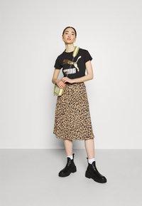 Puma - CLASSICS LOGO TEE - T-shirt con stampa - black/metallic - 1