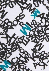 Michael Kors - SCATTERED LOGO TEE - Triko spotiskem - white - 2