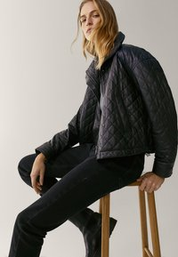 Massimo Dutti - MIT HOHEM BUND  - Jean slim - black - 5
