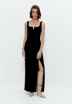 MIT DETAIL AM AUSSCHNITT  - Maxi dress - black