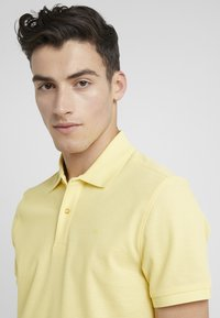 J.LINDEBERG - TROY CLEAN - Polotričko - butter yellow - 4