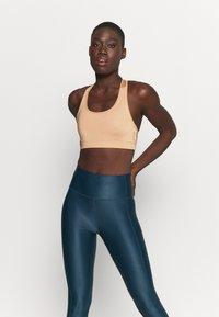 Casall - ICONIC SPORTS BRA - Medium support sports bra - clean beige - 0