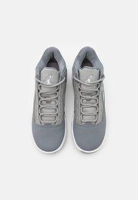 Jordan - MAX AURA 2 UNISEX - Basketbalové boty - medium grey/white/cool grey - 3