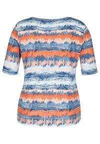 Rabe 1920 - MIT GESTREIFTEM BATIKDRUCK UND STRASS-STEINEN - Print T-shirt - blau - 1