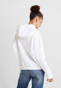 Tommy Jeans - BADGE HOODIE - Hoodie - classic white - 2