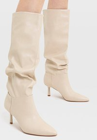Stradivarius - IN KNITTEROPTIK - Boots - off-white - 0