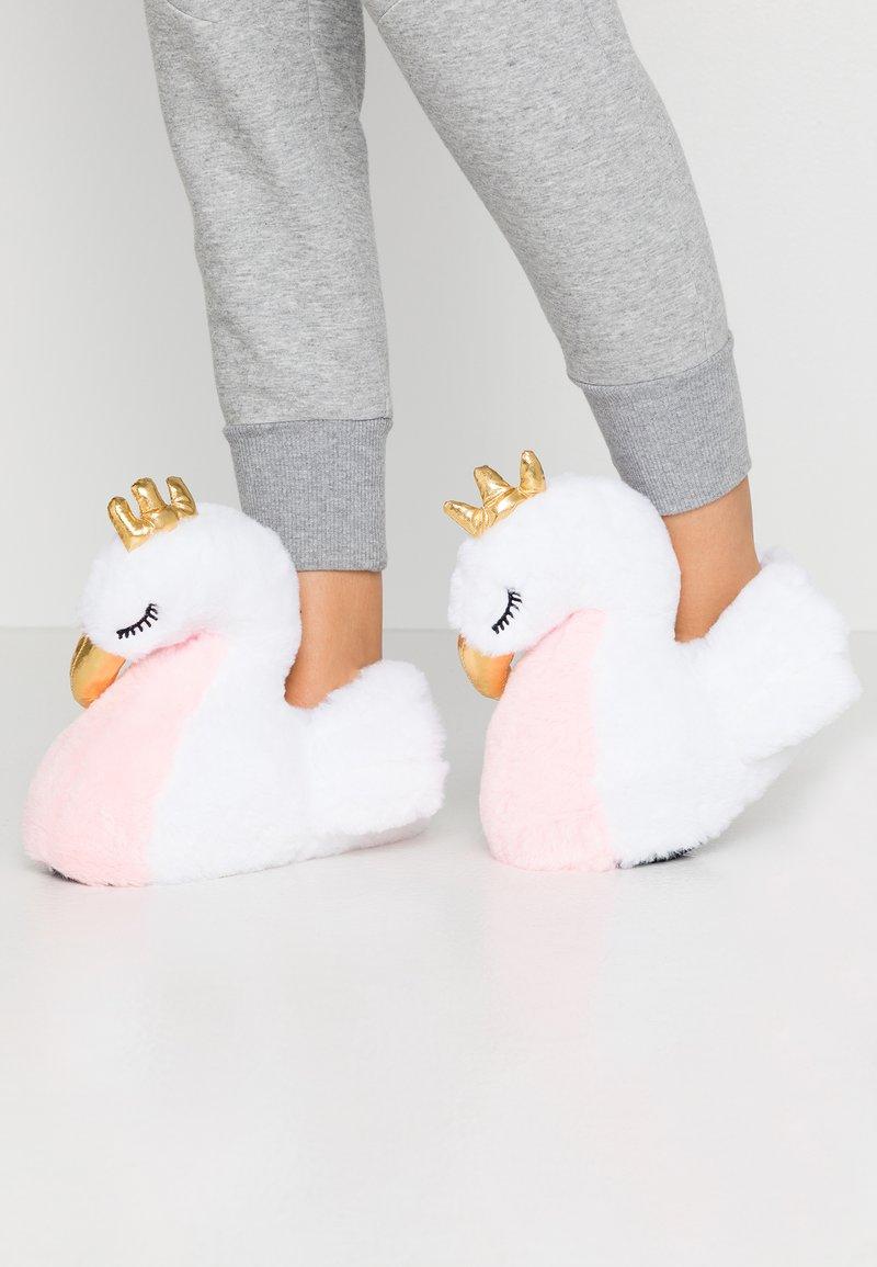 South Beach - WHITE SWAN SLIPPERS - Domácí obuv - white