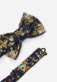 Burton Menswear London - FLORAL BOWTIE AND HANKIE SET - Motýlek - navy - 2