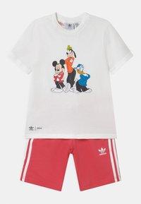 adidas Originals - DISNEY CHARACTER SET UNISEX - Camiseta estampada - white/core pink - 0