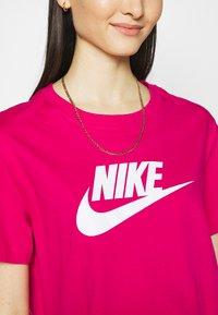 Nike Sportswear - TEE - Camiseta estampada - fireberry/white - 4