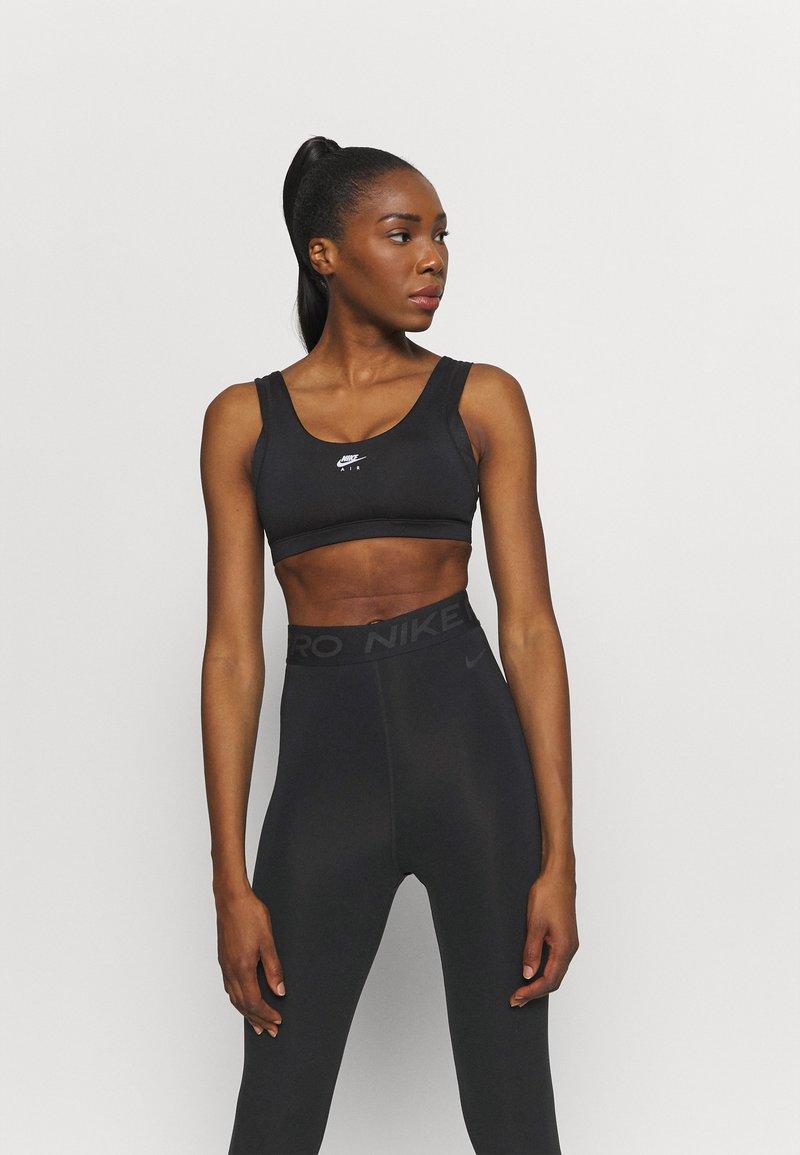 Nike Performance - INDY BRA - Sujetadores deportivos con sujeción ligera - black/white