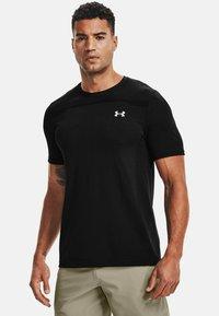 Under Armour - SEAMLESS SS - Print T-shirt - black - 0