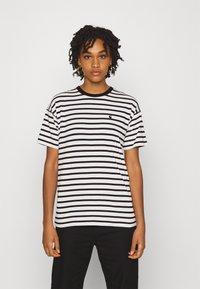 Carhartt WIP - ROBIE - T-shirt print - wax/black - 0