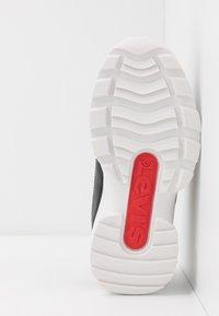 Levi's® - SOHO - Tenisky - black/white - 5