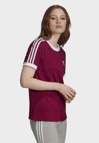 adidas Originals - T-Shirt print - power berry/white - 2