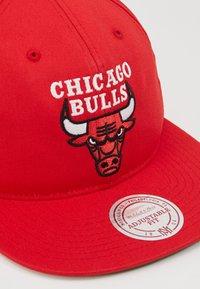 Mitchell & Ness - NBA TEAM LOGO DEADSTOCK THROWBACK SNAPBACK CHICAGO BULLS - Cap - red - 2