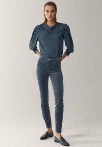 Massimo Dutti - AUS MICROCORD MIT HALBHOHEM BUND - Jeansy Skinny Fit - blue - 1