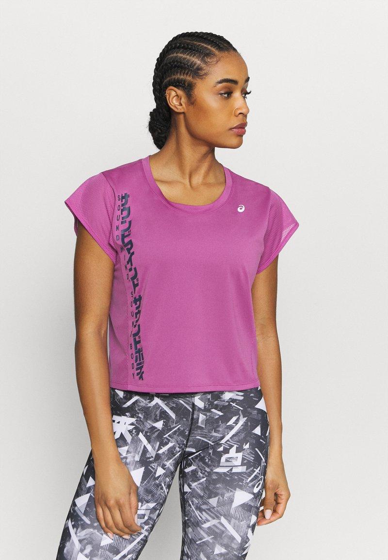 ASICS - RUN - T-shirt con stampa - digital grape/french blue