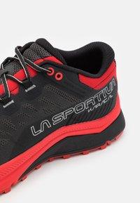 La Sportiva - KARACAL - Løbesko trail - black/goji - 5