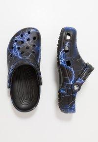 Crocs - CLASSIC FESTIVAL EXPLORER GRAPHIC - Klapki - black/white - 1