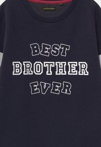 Lemon Beret - BOYS  - Sweatshirt - navy blazer - 2