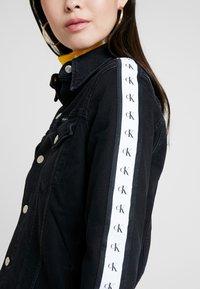Calvin Klein Jeans - FOUNDATION TRUCKER - Džínová bunda - horizon grey split - 5