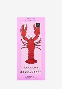 Make up Revolution - REVOLUTION X FRIENDS LOBSTER BRUSH SET - Eyeshadow brush - red & pink - 3
